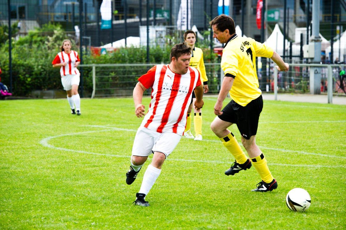 Fußballer im rotweiß gestreiften Trikot umspielt anderen Fußballer in schwarzgelber Kleidung