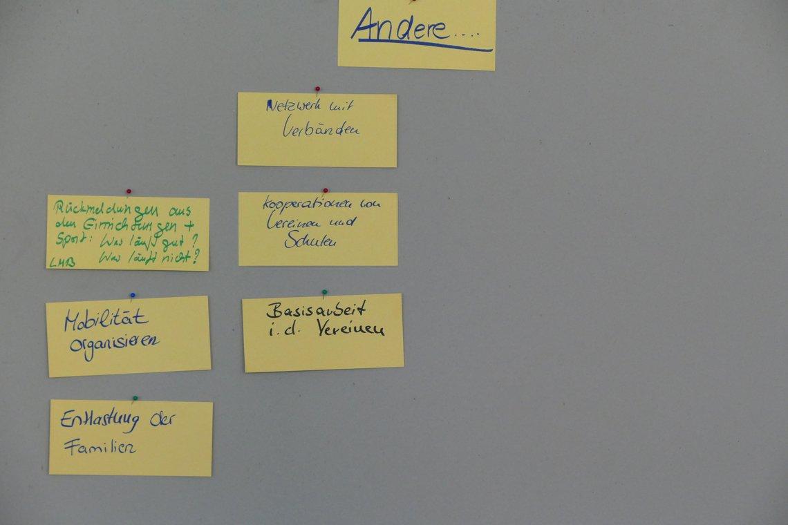 Zettel auf einer Stellwand zu den Bedarfen der Vereine und Einrichtungen